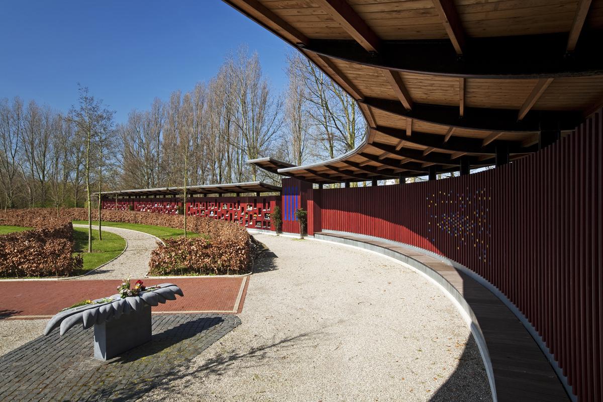Bloementafel van Belgisch Hardsteen. Kunstwerk van Marianne van den Heuvel bij de Gedenkwand. Begraafpaats Rhijnhof Leiden.