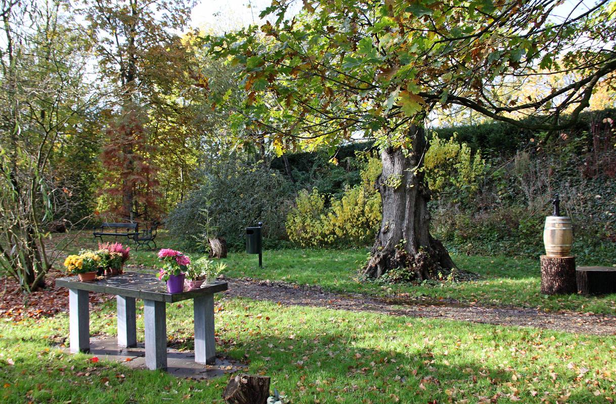 Granieten herdenkingstafel op het strooiveld langs de Haagse Schouwweg. Begraafplaats Rhijnhof Leiden.