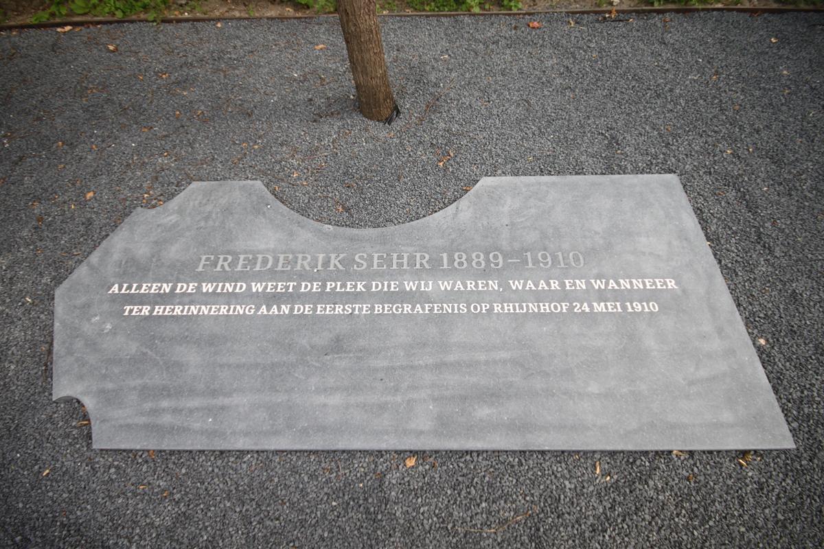 Monument Frederik Sehr. Eerste overledene begraven op Begraafplaats Rhijnhof Leiden in 1910.
