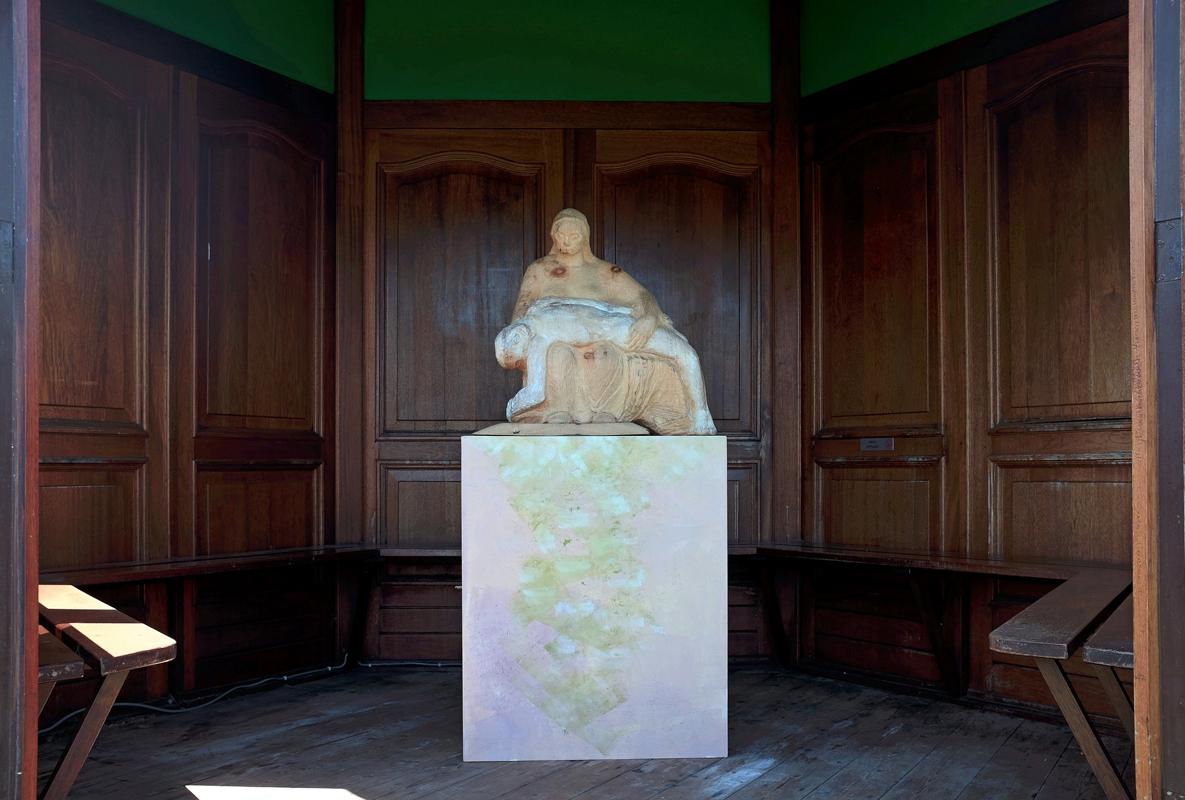 Pieta. Kunstwerk van arvenhout van Hanneke de Munck. Begraafplaats Rhijnhof Leiden.