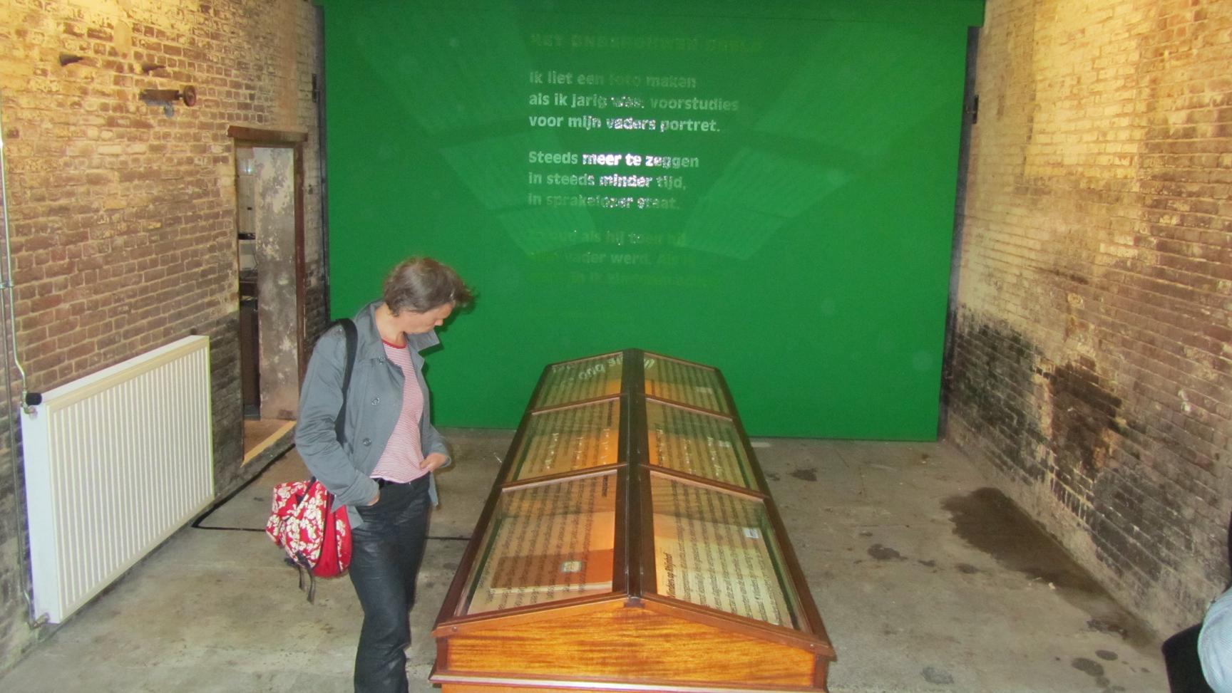 Vitrine tentoonstelling 100-jarig bestaan Rhijnhof. Kunstenaar Annelies Dijkman. 125 van arvenhout van Hanneke de Munck. Begraafplaats Rhijnhof Leiden.