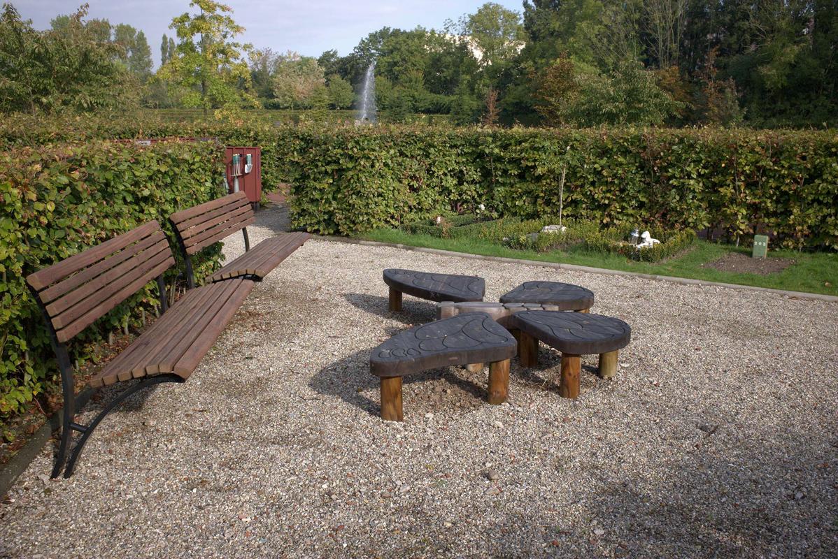 Houten vlinderornament in kinderhofje. Begraafplaats Rhijnhof Leiden.